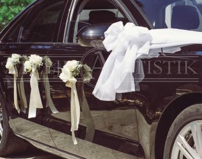dekoracija na vratima automobila, krem ruže i trake, bijeli til
