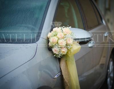 Dekoracija automobila buket na retrovizoru