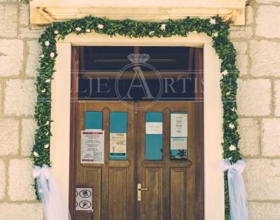 Girlanda na vratima crkve, dekoracija od bršljana