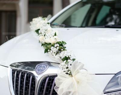 Dekoracija bijelog automobila, gipsofila, bršljan, til