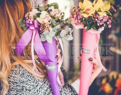 Cvijeće u papirnatom tuljku